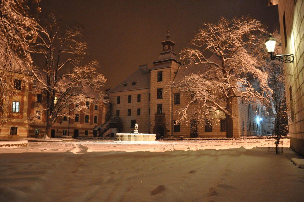 Zima 2010 – velké nádvoří s věží