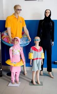 Spojené arabské emiráty. Plavky pro arabskou rodinu.