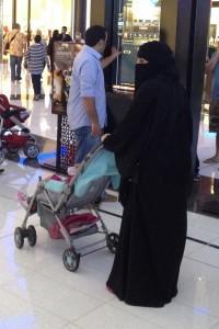 Spojené arabské emiráty. Žena v tradičním muslimském oděvu.
