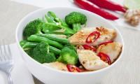 RECEPT: Blanšírovaná zelenina s pikantními kuřecími kousky.