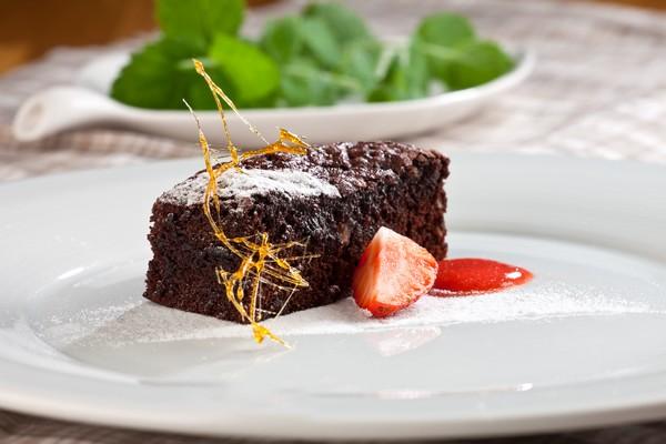 Petr_Stadnik_Kulinarska_inspirace_Cokoladove_brownies_s_jahodovym_coulies_low