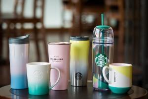 V jarním Starbucks na vás čekají pastelově laděné hrnečky a termohrnky.