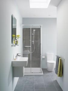 Koupelna splňuje požadavky na světlé povrchy. Osvětlení je skvěle řešené stropním oknem v kombinaci s bodovým osvětlením. Prostory opticky zvyšuje i využití čirého sprchového koutu s nízkou vaničkou značky Concept Cube. K dostání na www.koupelny-ptacek.cz.