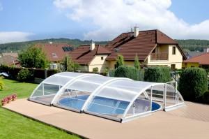 Bazény se dnes vyrábějí v mnoha provedeních a vybudovat se dají i na malém pozemku.