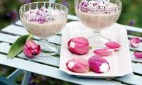 Servírovat pribináčka posypaného šeříkovými květy v květech tulipánů je velmi originální.
