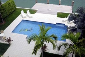 Do bazénu si můžete nalepit podvodní samolepku, které se dají koupit v mnoha variantách.