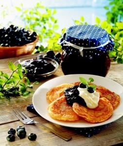 Borůvkový džem je vynikající v kombinaci se zakysanou smetanou.