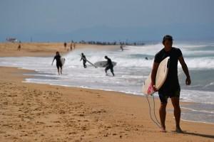 Typický beach break v Hossegoru, Francie.