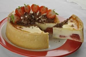Cheesecake s jahodami a pečeným základem.