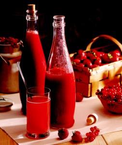 Sirup podáváme ředěný pitnou vodou s ledem nebo jako topping na zmrzlinu nebo puding. Velice dobrý je po zmražení jako ovocná dřeň.