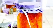 Domácí džem bude i krásným dárkem. Víčko potáhněte látkou, zavažte stuhou a ozdobte snítkou levandule.