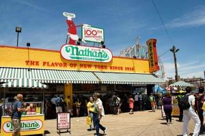 Legendární hot dogy prý vymysleli v roce 1916 kuchtíci v restauraci Nathan's.